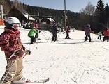 Kinder auf der Skipiste in Mönichwald