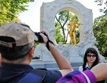 Touristen fotografieren vor dem Johann Strauß-Denkmal im Stadtpark