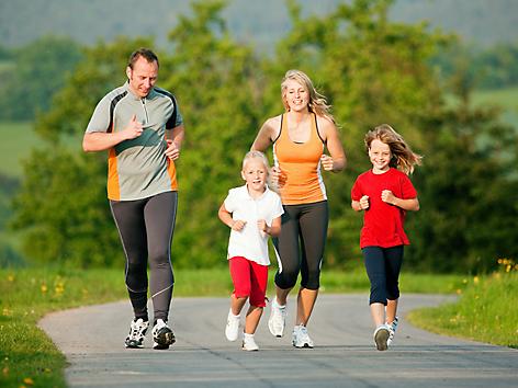 Familie beim Joggen