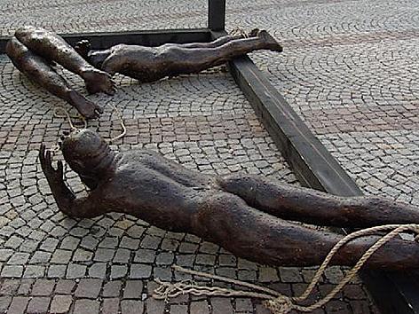 Beschädigte Skulptur vor dem Stift Wilten