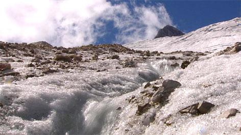 Schmelzende Gletscher, Hallstätter Gletscher mit Niederem Dachstein im Hintergrund