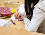 Schülerin löst eine schriftliche Aufgabe