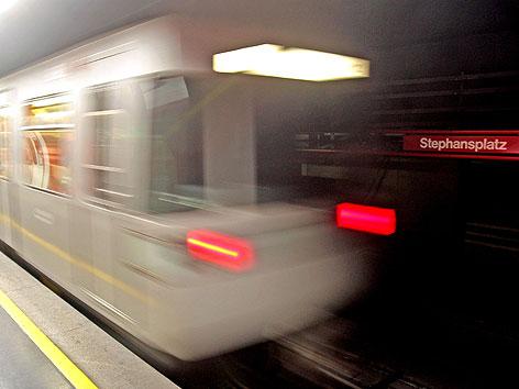 U-Bahn-Garnitur der Linie U1 in der Station Stephansplatz