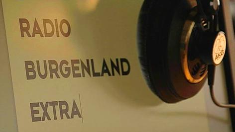 "Kopfhörer hängt neben dem Schriftzug ""Radio Burgenland Extra"""