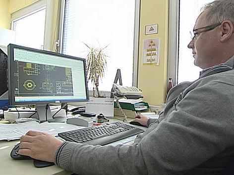 Philips-Techniker bei der Arbeit vor dem Computer