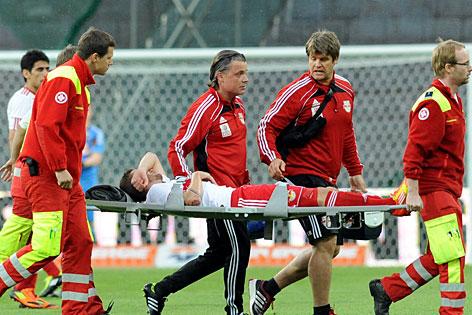 Der verletzte Jakob Jantscher wird vom Feld getrage
