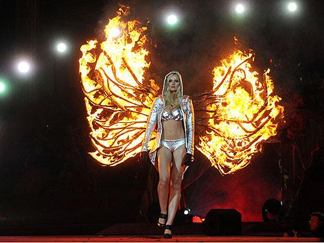 Stuntfrau Miriam Höller mit brennenden Flüheln während des Life Ball 2012