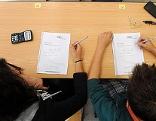 Zwei Schüler über den Testunterlagen