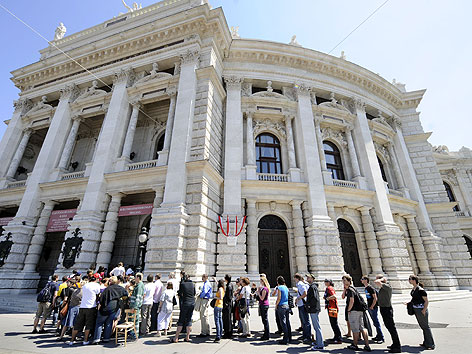 """Menschenschlange beim Vorverkauf für das """"Tote Hosen""""-Konzert im Burgtheater im Juni 2009"""