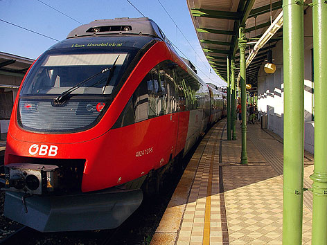 Zug in Bahnhof der Vorortelinie