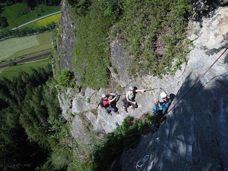 Tiefblick auf Klettersteig mit Kletterern