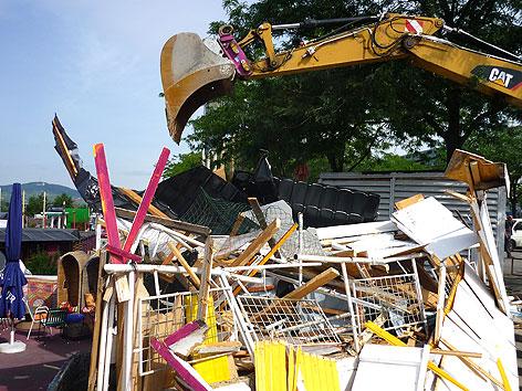 Kran beim Abriss von desolatem Gebäude auf der Copa Cagrana in Wien