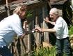 """Doraja Eberle von """"Bauern helfen Bauern"""" bei altem Landwirt in Bosnien"""