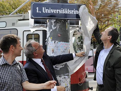 """Kulturstadtrat Andreas Mailath-Pokorny (r.), Rektor Heinz Engl (Mitte) und der Kultursprecher der Wiener Grünen, Klaus Werner-Lobo bei der Enthüllung der neuen Straßentafel """"Universitätsring"""""""