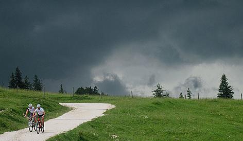 Gewitter Wetter Alpen Blitz Sturm Gebirge Chiemgauer Alpen Gewittersturm Blitzschlag Tiefdruck Regen Starkregen Alm Berglandwirtschaft Almwirtschaft Wandern Mountainbike Biker Fahrrad Radfahren