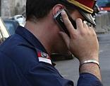 Polizist telefoniert