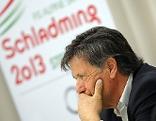 ÖSV-Präsident Peter Schröcksnadel sitzt vor WM-Plakat Schladming 2013 und stützt sich nachdenklich den Kopf