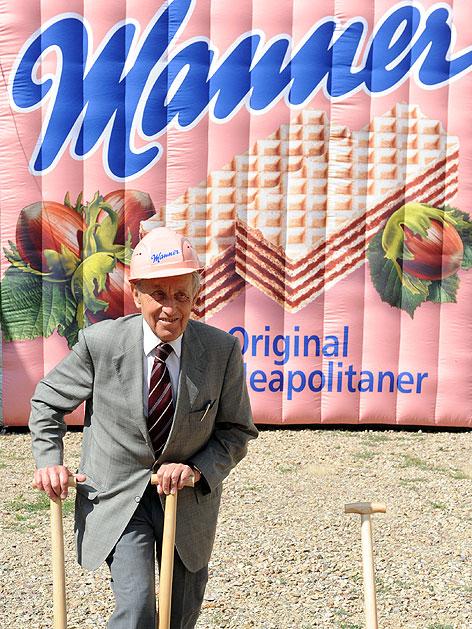 Carl Manner beim Spatenstich für den Umbau der Firma Manner in Hernals