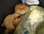 Brot im Abfall im Mülleimer