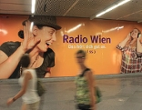 """Radio Wien""-Plakate in U-Bahnstation Stephansplatz"