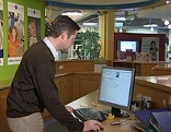 Büroangestellter am Computer