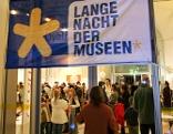 Besucherin betritt Museum bei Langer Nacht der Museen