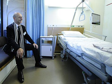 Architekt Albert Wimmer in einem Krankenzimmer-Modell des Krankenhauses Nord