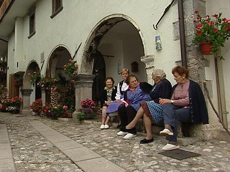 Seniorinnen vor Wohnhaus Voltois