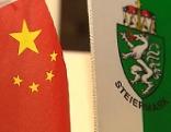 Chinesische und steirische Flagge