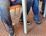 Angeklagte mit Fußfesseln vor Gericht