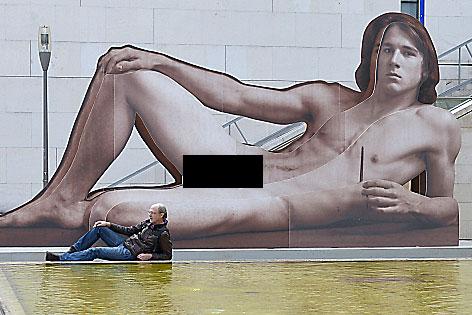 """Skulptur zur Ausstellung """"Nackter Mann"""" im Leopold Museum mit schwarzem Balken"""