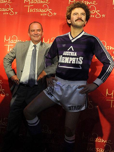 Herbert Prohaska mit seiner Wachsfigur in Madame Tussauds in Wien
