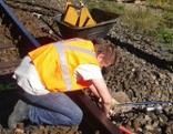 Arbeiter an den Gleisen bei Wiederinstandsetzungsarbeiten