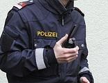 Polizist mit Funkgerät