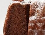 Teil eines Sachergugelhupfes mit Stück Schokolade garniert