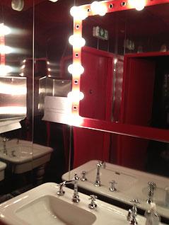 Venezianischer Spiegel im waschraum der Frauen