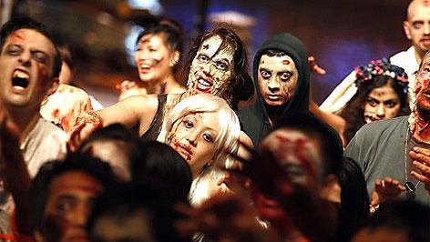 Jugendliche mit Halloween-Verkleidung
