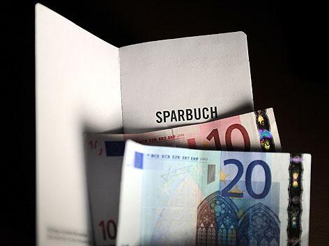 Sparbuch und Euro-Scheine