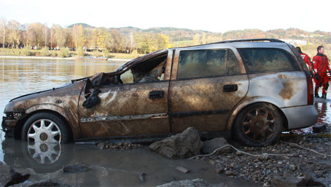 Autowrack aus der Donau geholt