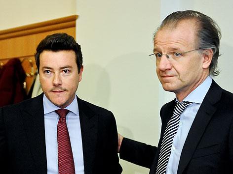 Rene Benko (l.) und Anwalt Ernst Schillhammer vor einem Prozess wegen versuchter verbotener Intervention im Landesgericht Wien
