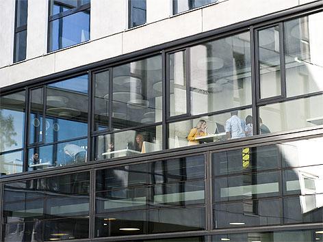 Außenansicht des neuen Universitätsgebäudes mit den Instituten für Publizistik und Informatik