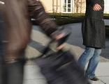 Handtaschendieb läuft mit Tasche davon
