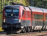 Ein railjet der ÖBB auf offener Strecke