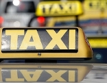 """Schild """"Taxi"""" auf einem Taxifahrzeug"""