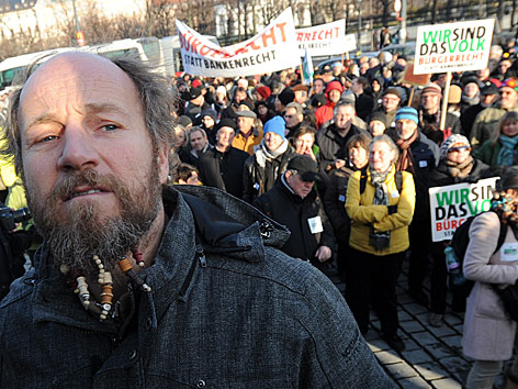 "Kabarettist Roland Düringer während der Demonstration GEA Waldviertler Werkstätten anl.""Bürgerrecht statt Bankenrecht""am Freitag, 07. Dezember 2012, vor dem Parlament  in Wien"