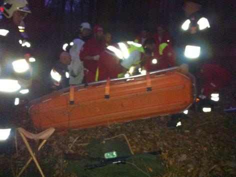 Rettungskräfte mit Trage