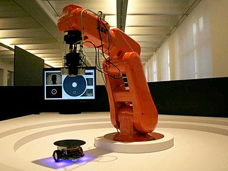 """Der Roboter """"Catch me if you can"""" zu sehen anl. der Ausstellung """"Roboter. Maschine und Mensch?"""" im Technischen Museum in Wien."""