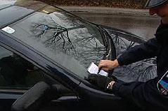 Strafzettel aufgrund eines fehlenden Parkpickerls an Windschutzscheibe