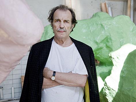 Der Künstler Franz West vor seinen Skulpturen