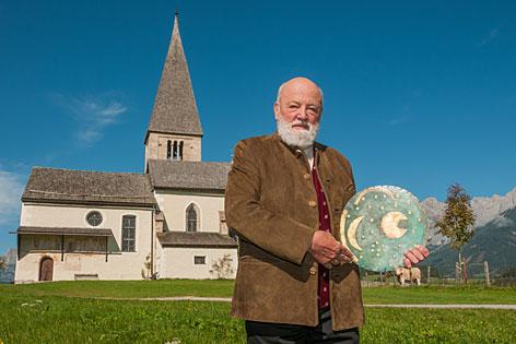 Sepp Forcher mit der keltischen Himmelsscheibe auf dem Buchberg bei Bischofshofen (Pongau)